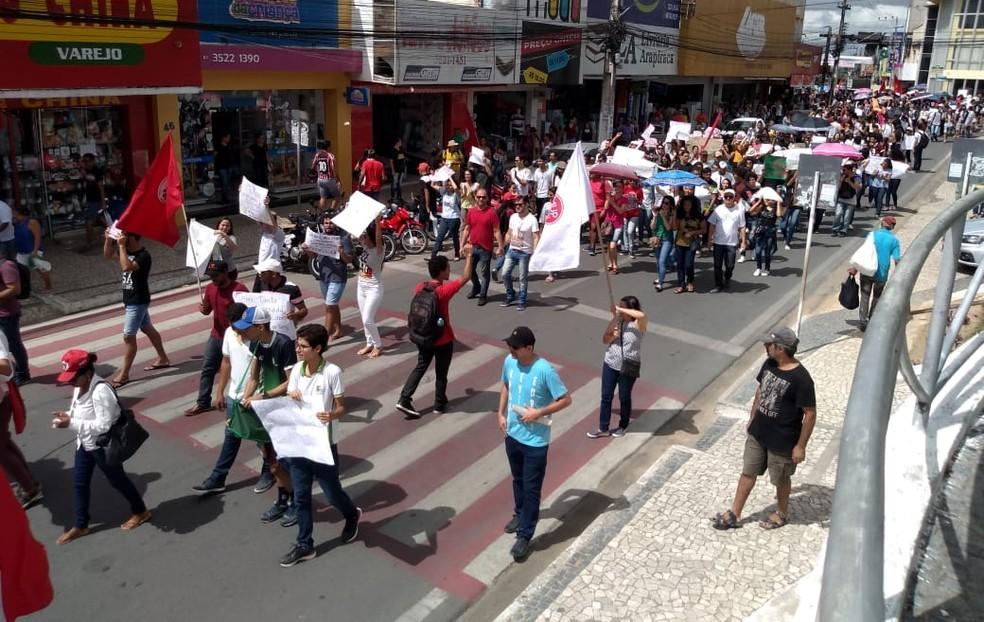 ARAPIRACA (AL), 11h55: Professores e estudantes marcham em defesa da educação em Arapiraca — Foto: Janisson Umbelino/TV Gazeta