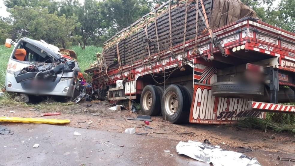Batida entre ônibus e caminhão deixou 11 passageiros mortos em Pirapora, MG, durante a madrugada — Foto: PRF/Divulgação