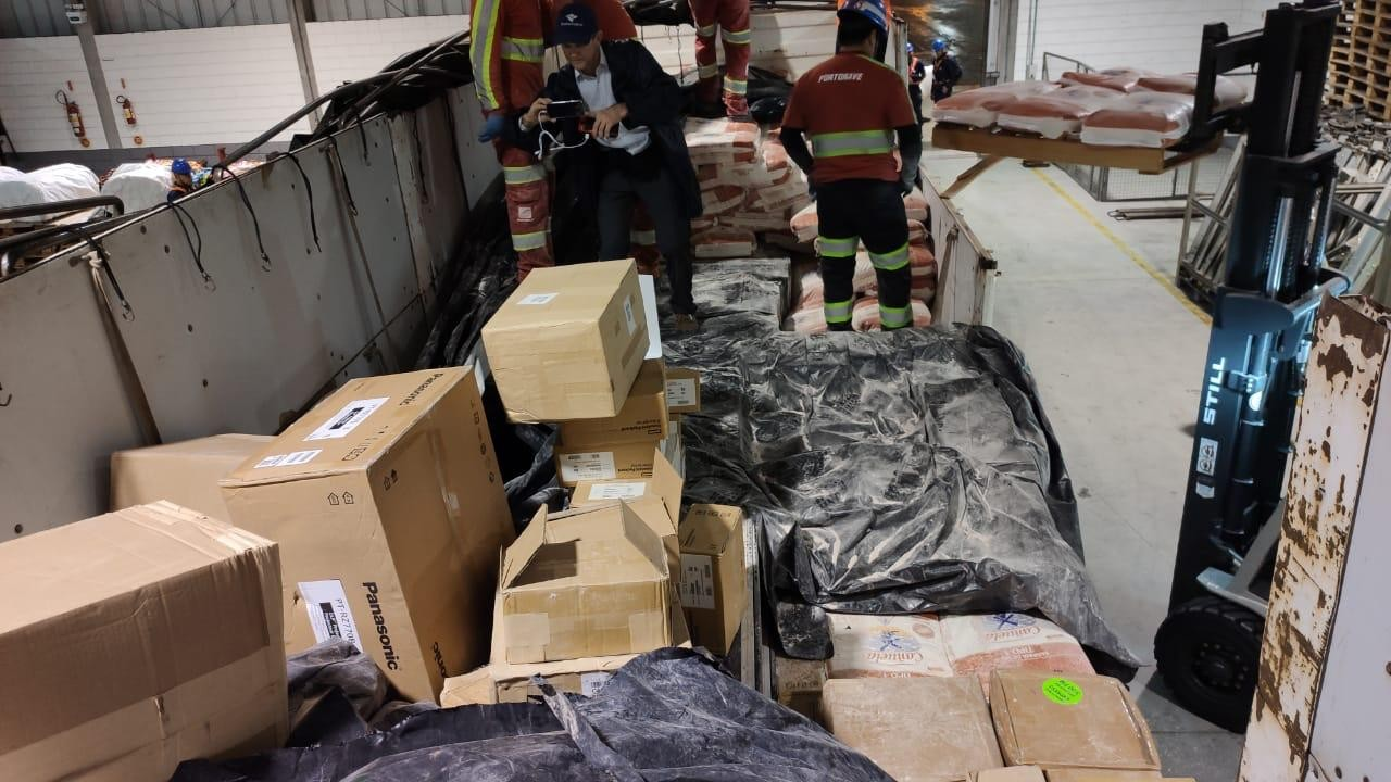 Eletrônicos são encontrados em carga de 25 toneladas de farinha no Porto de Itajaí - Notícias - Plantão Diário