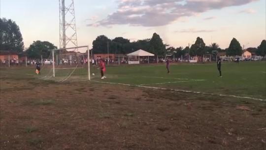 Goleiro defende pênalti, vira para comemorar e a bola entra; veja vídeo