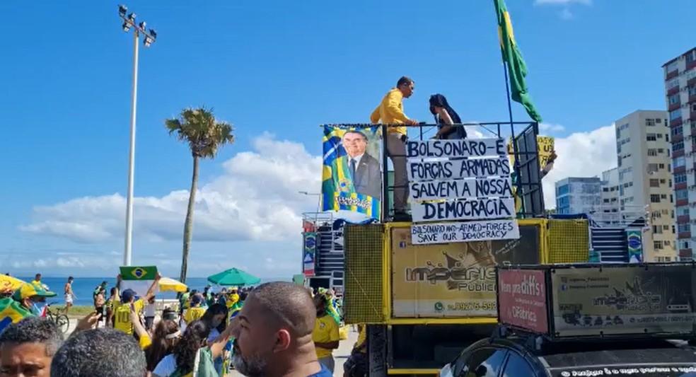 Manifestantes fazem ato pró-Bolsonaro no Farol da Barra, em Salvador — Foto: Henrique Mendes/TV Bahia