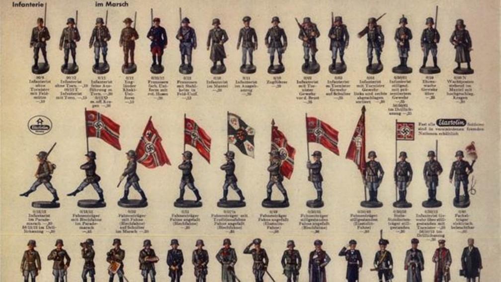 """Catálogo de """"Hausser"""", uma das maiores empresas de soldados de brinquedo na Alemanha naquela época. O catálogo é de 1936. — Foto: Arquivo pessoal (via BBC)"""