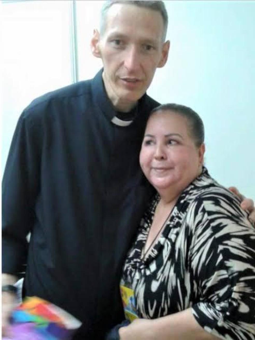 Izaura de Mello em foto com o padre Marcelo Rossi em um evento sobre o livro Ágape — Foto: Reprodução/Redes Sociais