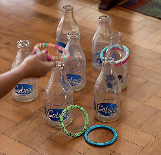 Garrafas de leite antigas viram um jogo de mira. Boa sugestão para uma festa junina ou simplesmente para entreter as crianças. Ideia de Julio de Paula (Foto: Cacá Bratke/Casa e Comida)