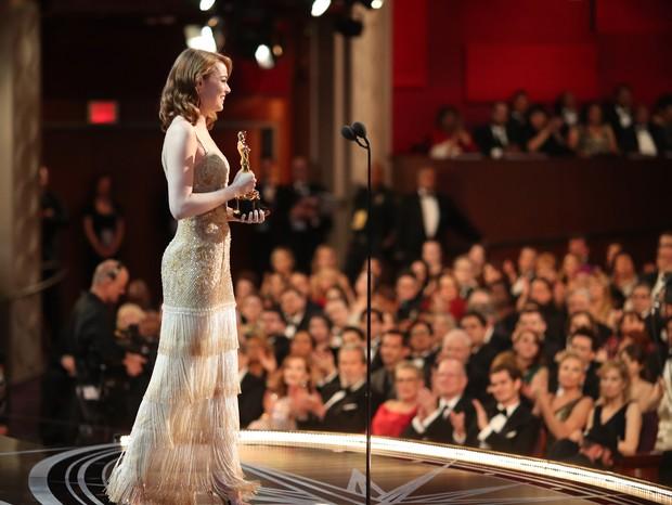 Emma Stone recebendo prêmio de melhor atriz por La La Land, em 2017 (Foto: Getty)