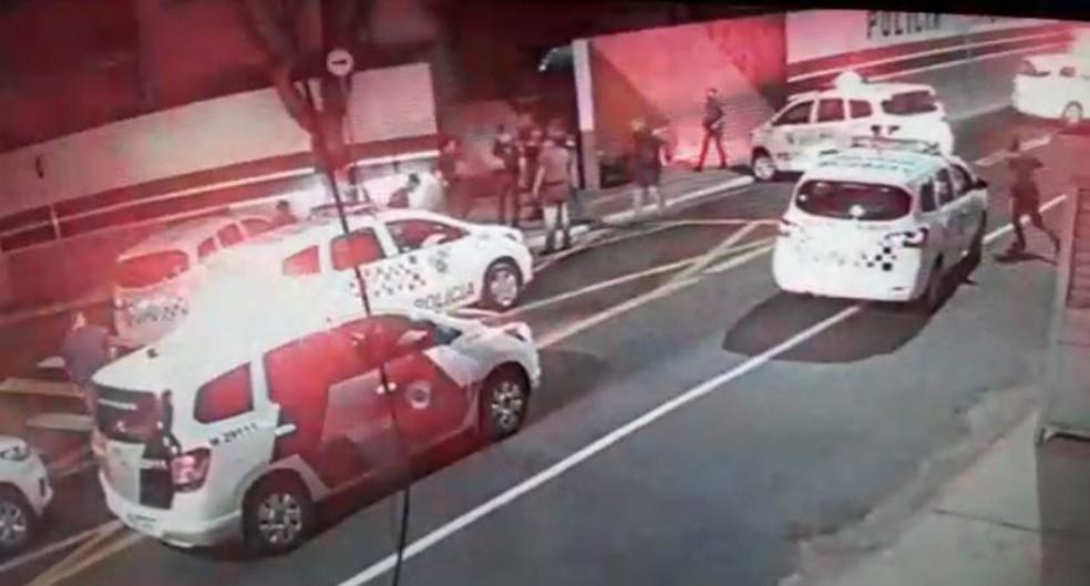 Viaturas da PM chegam ao local onde um policial atirou em um motociclista em São Miguel Paulista, na Zona Leste de SP — Foto: Reprodução/TV Globo