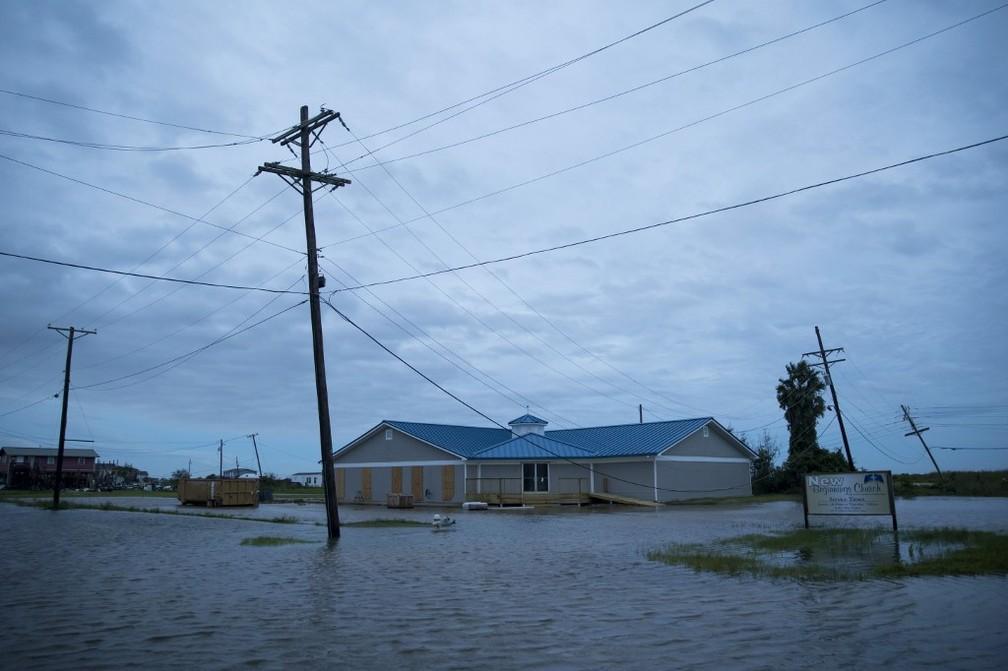 Imagem de casa em Sabine Pass, no Texas, que foi atingida pelo furacão Laura, em 27 de agosto de 2020 — Foto: Eric Thayer / Getty Images/Via AFP