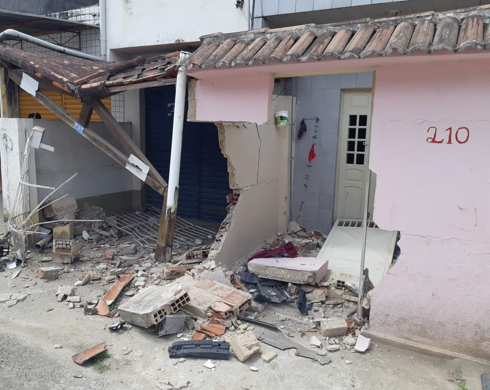 Muros de duas casas foram destruídos em acidente que envolveu veículo onde estavam dois homens baleados em perseguição na BR-232, em Moreno, em Pernambuco — Foto: Polícia Rodoviária Federal/Divulgação
