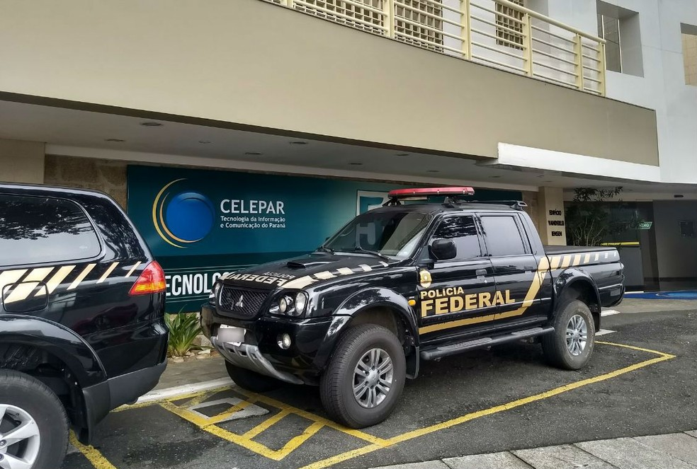 Polícia Federal na Celepar, na manhã desta quinta-feira (22) (Foto: Luíza Vaz/RPC)