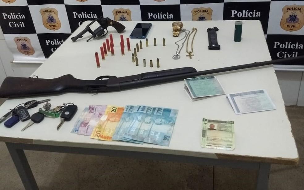 Na ação, polícia apreendeu revólver, espingarda, munição, veículos e doucmentos — Foto: Divulgação/SSP-BA