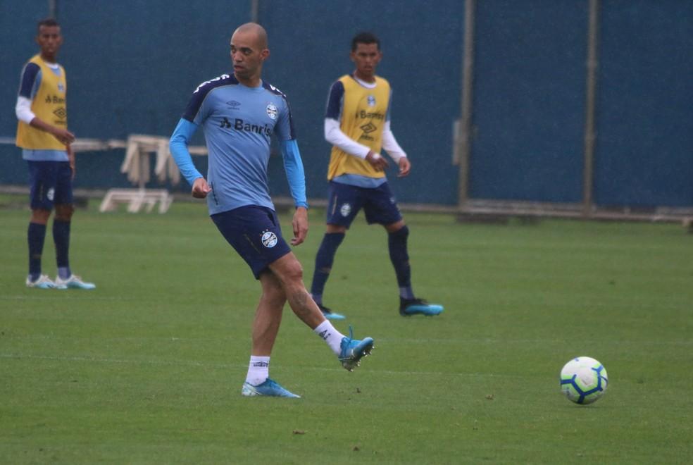 Diego Tardelli em treino do Grêmio nesta segunda — Foto: Eduardo Moura