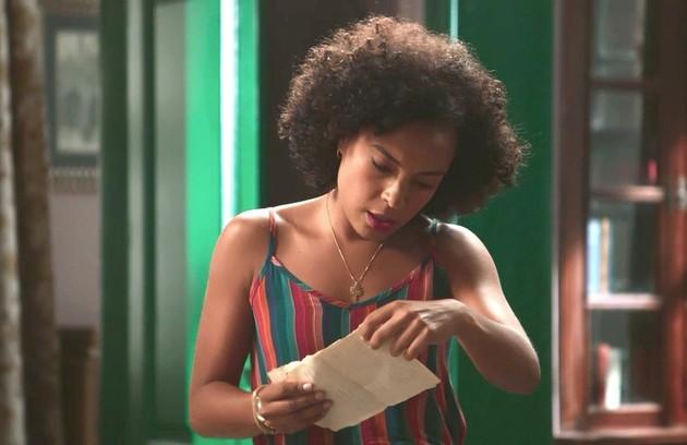 Sheila (Dandara Albuquerque), a mando de Isabel (Alinne Moraes), colocará uma cópia das folhas do diário de Julia nos pertences de Cris (Vitória Strada) (Foto: TV Globo)