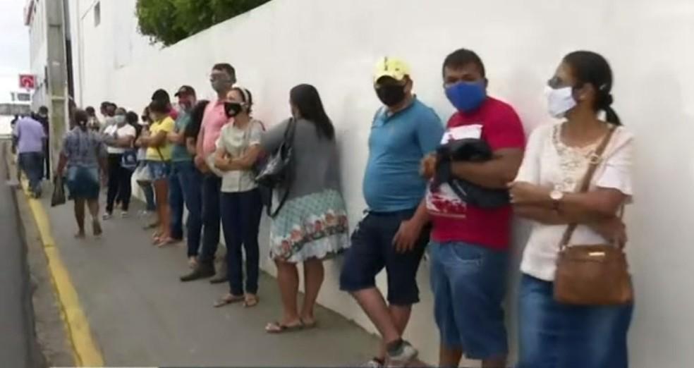 Com nova parcela do auxílio emergencial, agência da Caixa em Juazeiro amanhece com filas — Foto: Reprodução/TV Bahia