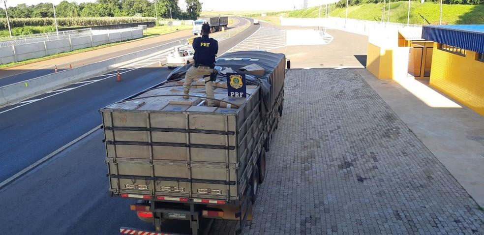 Caminhoneiro foi preso suspeito de transportar 450 caixas de cigarros contrabandeados, na BR-467 — Foto: Divulgação/PRF