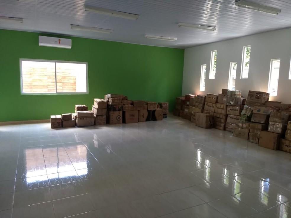 Acervo de quase 30 mil livros está em caixas nas salas da Biblioteca Doutor José Pontes Pinto. — Foto:  Diêgo Holanda/G1