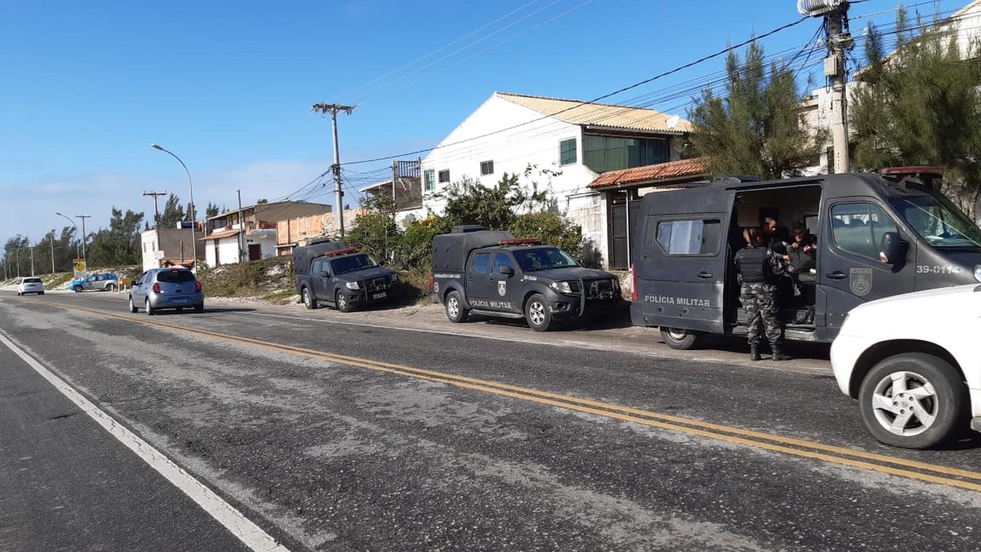 Operação das polícias militar e civil no bairro Manoel Correia, em Cabo Frio, RJ, começou nas primeiras horas desta quarta-feira (7) — Foto: André Dias / Inter TV