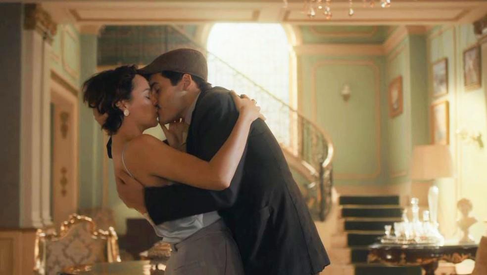 Adelaide (Joana de Verona) e Alfredo (Nicolas Prattes) se beijam na mansão em 'Éramos Seis' — Foto: Globo