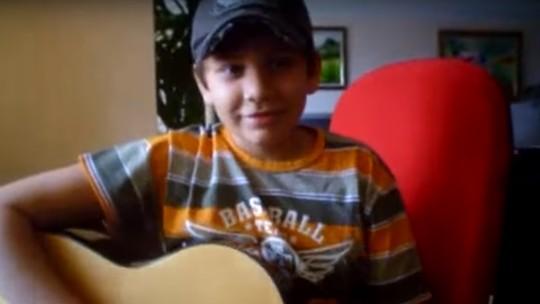 Gustavo Mioto revê vídeo antigo cantando Roupa Nova no 'Altas Horas'