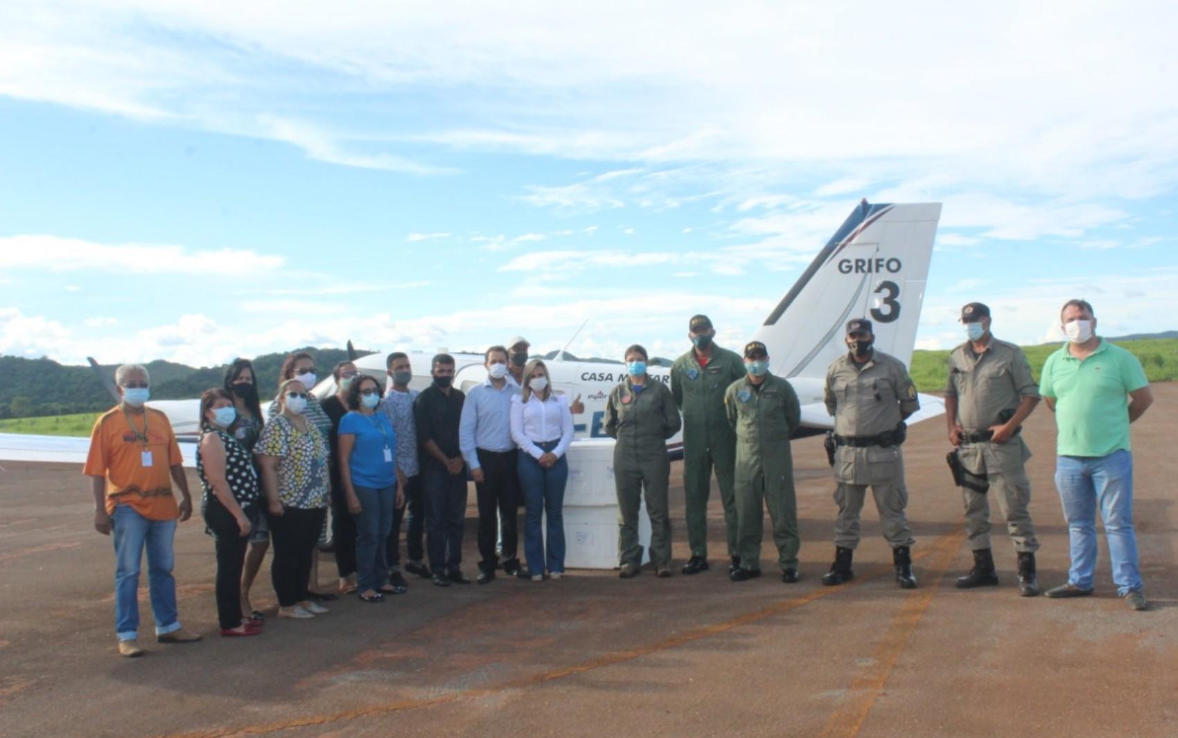 Aviões e caminhões refrigerados levam doses da CoronaVac ao interior de Goiás