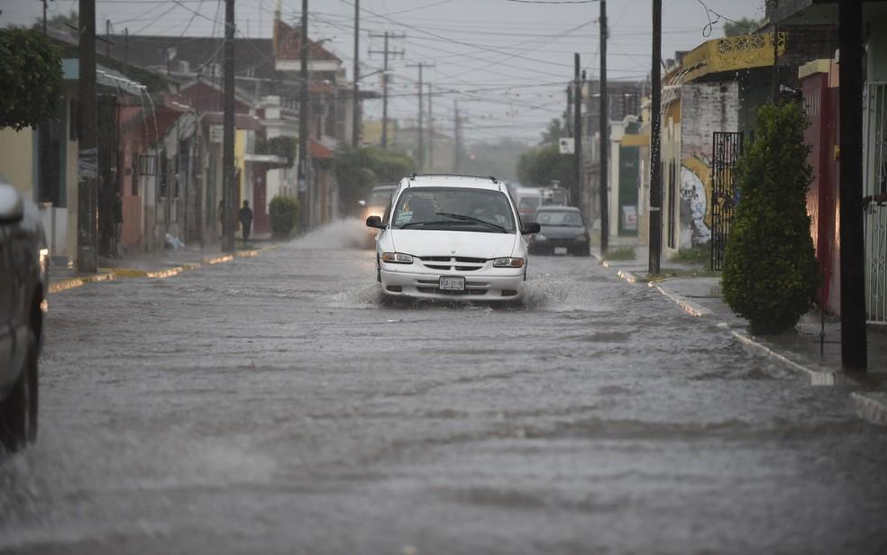 Rua alagada por chuvas trazidas pelo furacão Willa em Escuinapa, no estado de Sinaloa, no México — Foto: Alfredo Estrella / AFP