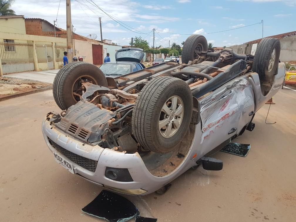 Caminhonete capota após colisão em Luís Eduardo Magalhães, na BA, e três pessoas ficam feridas — Foto: Elvis Araújo/Blogbraga