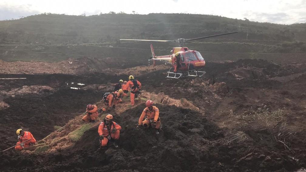 Equipes dos bombeiros trabalham no resgate após desastre em Brumadinho  — Foto: Reprodução/Corpo de Bombeiros