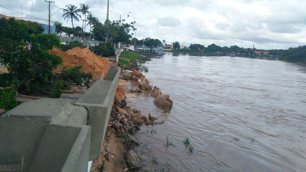 Parte do dique de proteção do Rio Igaraçu cedeu por causa das chuvas (Foto: Carlos Rocha / G1 PI)