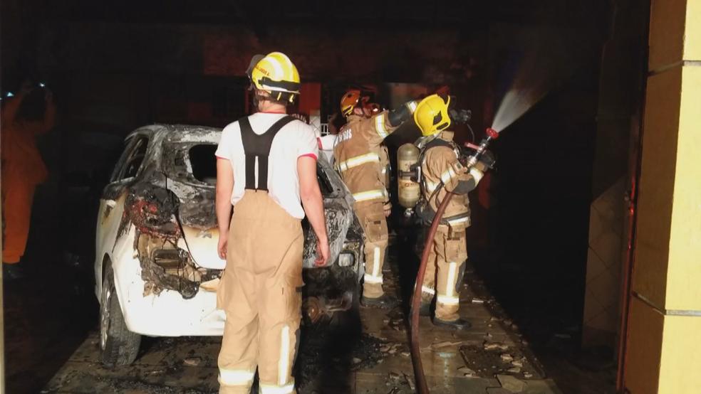 Bombeiros ao combater incêndio em casa no DF (Foto: TV Globo/Reprodução)