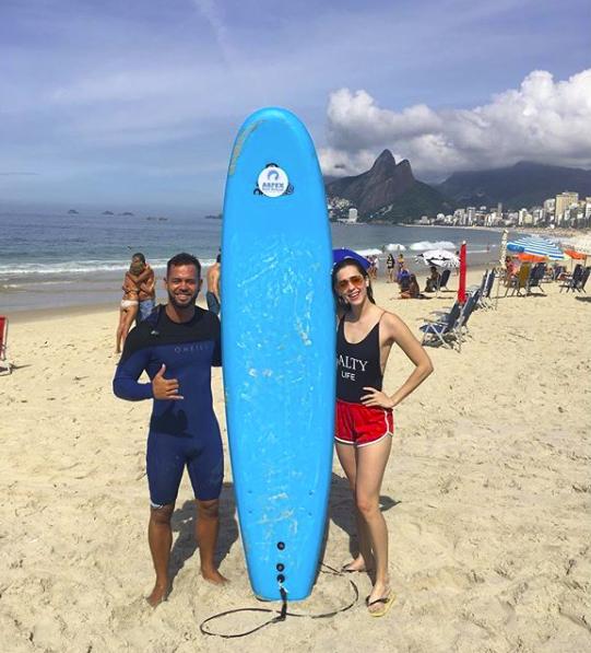 Sophia Abrahão com o professor de surf Magno Neves (Foto: Reprodução Instagram )
