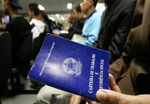 Carteira de trabalho ; desemprego ; seguro-desemprego ; desempregados ;  (Foto: Marcello Casal Jr/Agência Brasil)