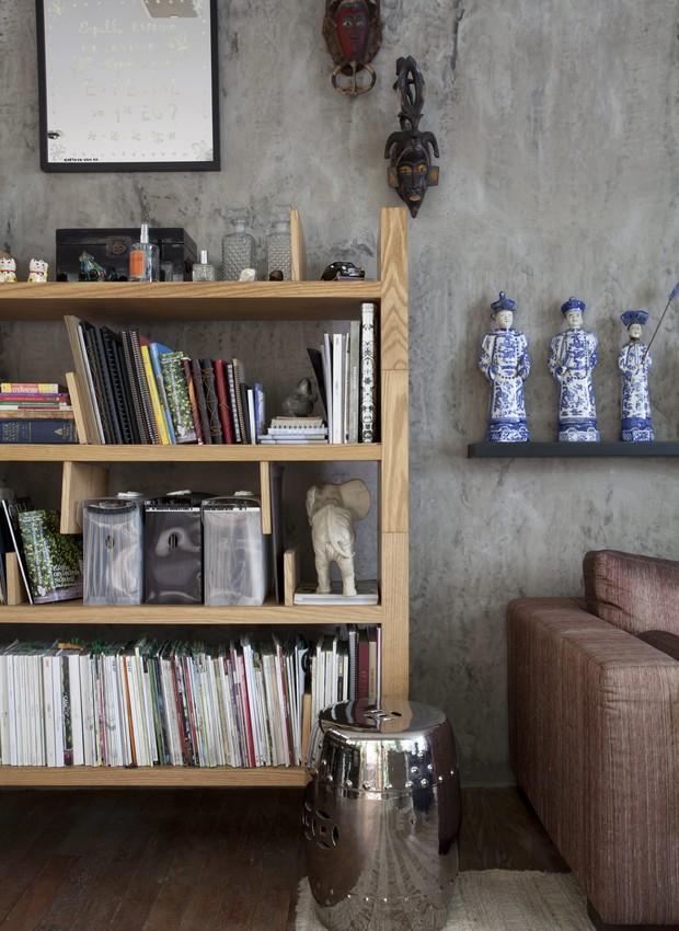 Sala do escritório do paisagista Alex Hanazaki, com estante de madeira, e parede de cimento queimado. Imagem produzida para a matéria sobre a decoração de cinco escritórios de arquitetos, paisagistas e designers de interiores. (Foto: Lufe Gomes / Editora Globo)