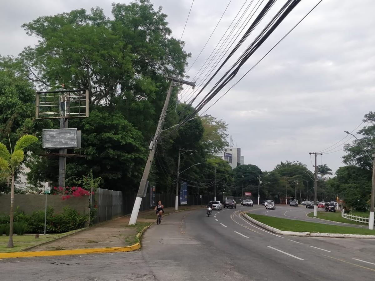 Postes inclinados preocupam moradores no bairro Morada da Colina, em Resende - G1