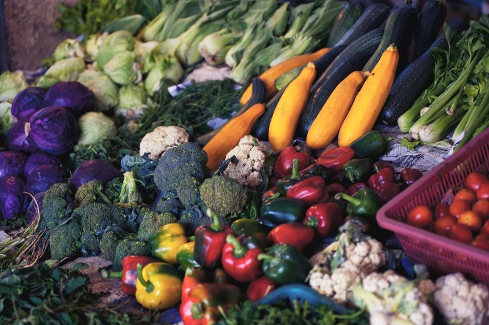 Dieta equilibrada é a melhor alternativa aos falsos alimentos milagrosos  — Foto: Alexandr Podvalny/Unsplash