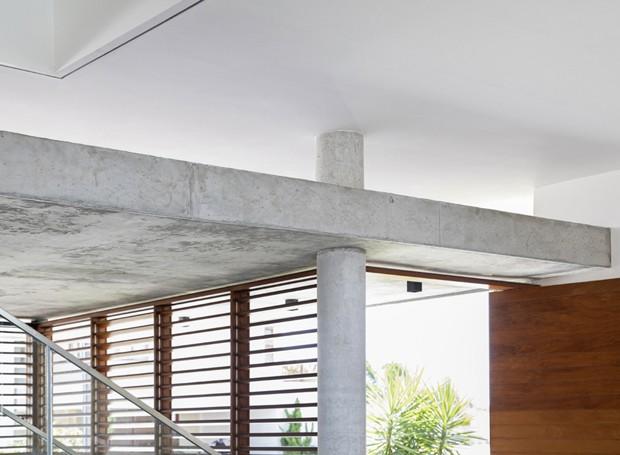 Pilares e pé direito alto dão a impressão de que o pavimento superior está desconectado do térreo (Foto: Maíra Acayaba/Divulgação)