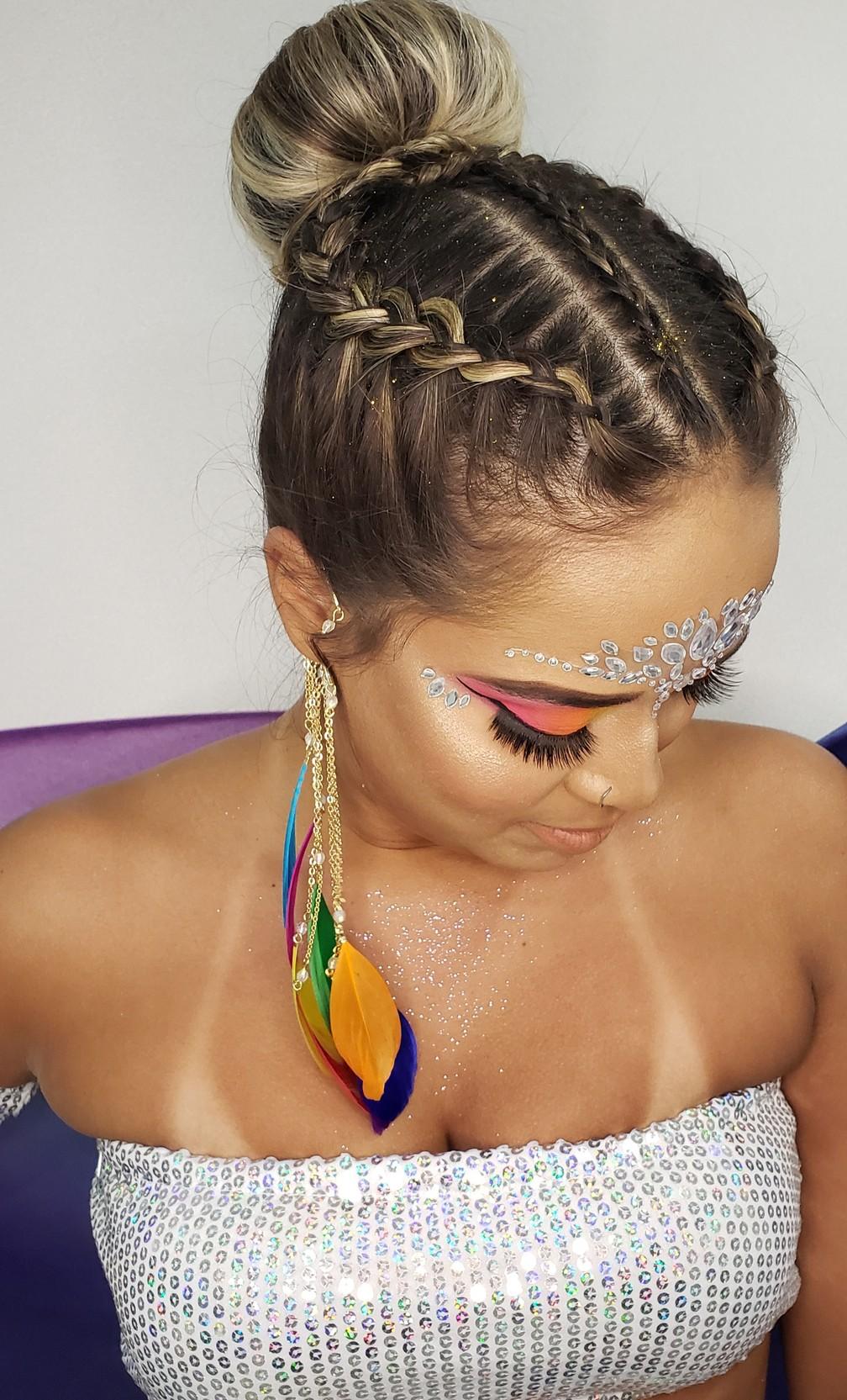 O penteado feito pela cabeleireira Rafaella Rodrigues é recomendável para quem quer um penteado mais arrumado — Foto: Divulgação / Walter's Coiffeur