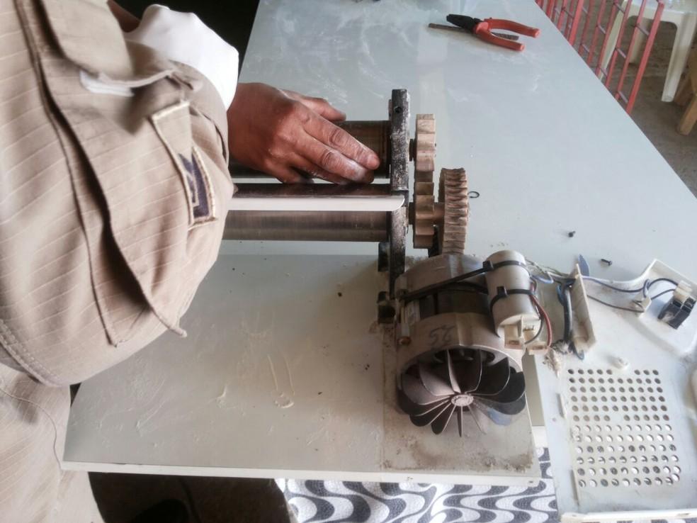 -  Mão da mulher presa na máquina de fazer massa de pastel em MS  Foto: Corpo de Bombeiros/Divulgação