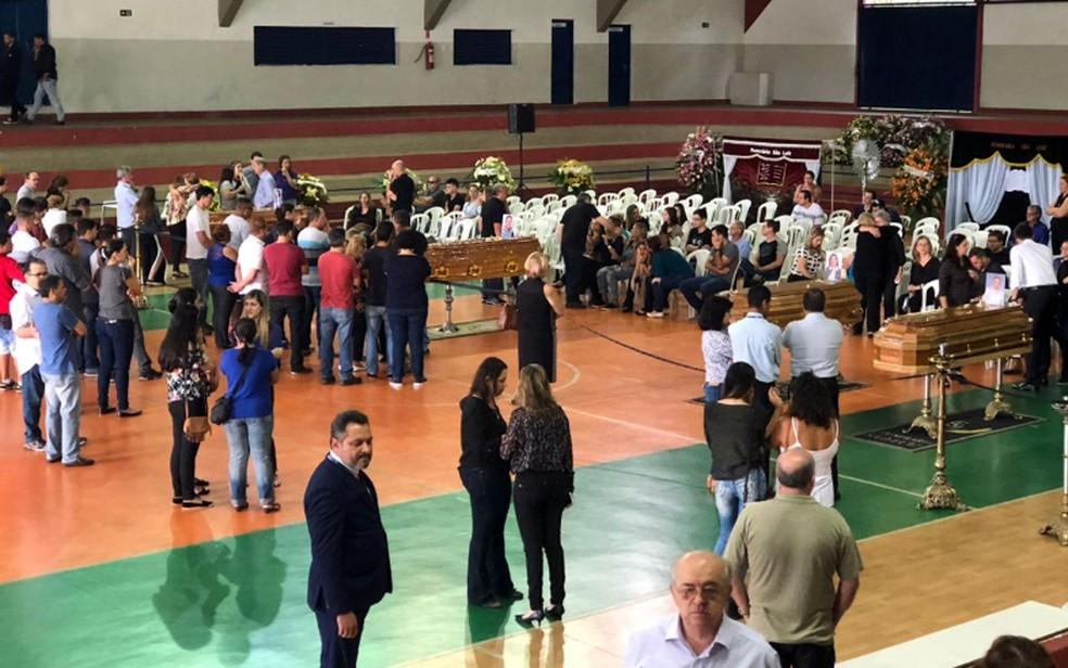 Velório coletivo  em ginásio de Itapira de 4 das 6 vítimas do acidente com helicóptero da Cristália, em Campos do Jordão  — Foto: Helen Sacconi/EPTV