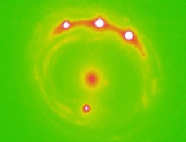 Imagem de como os astrofísicos observaram as microlentes gravitacionais em outra galáxia. (Foto: Divulgação / University of Oklahoma)