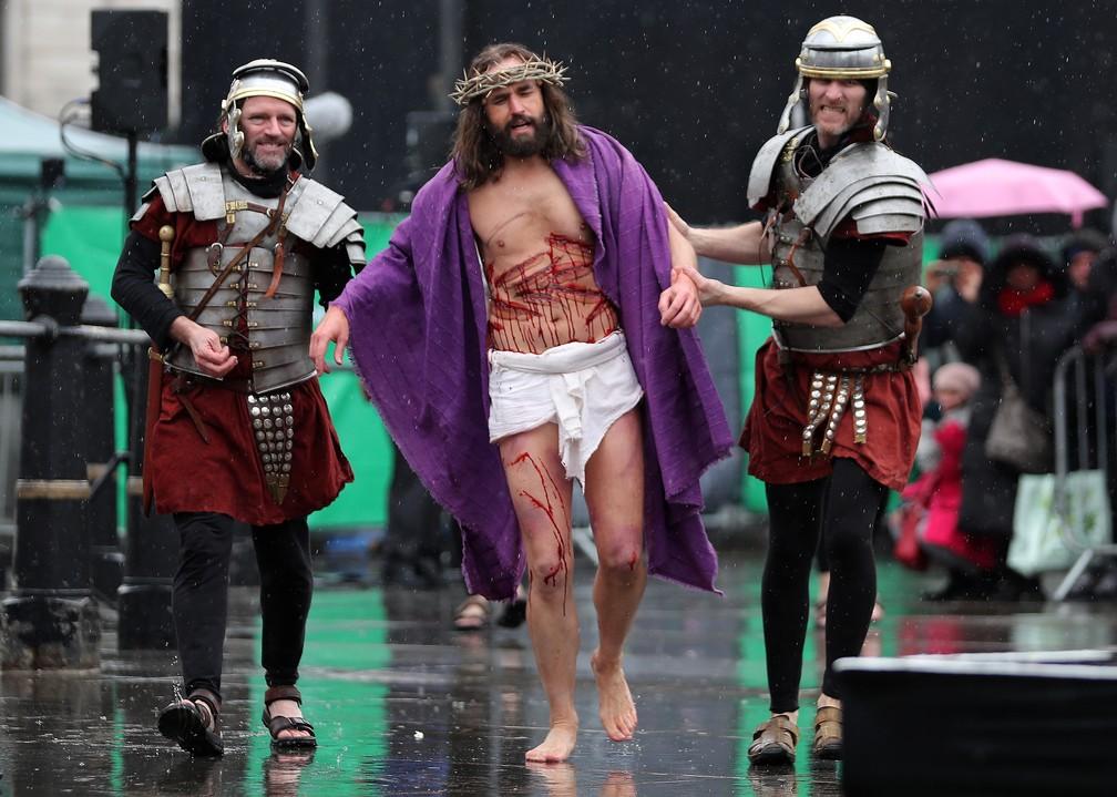 """O ator James Burke-Dunsmore encena """"A Paixão de Cristo"""" na Trafalgar Square, em Londres  (Foto: Daniel LEAL-OLIVAS / AFP)"""