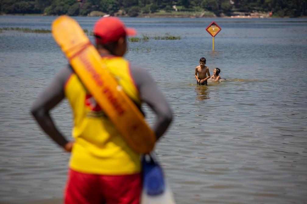 Salva-vidas observa crianças brincando na Praia do Sol, na Represa Guarapiranga — Foto: Fábio Tito/G1