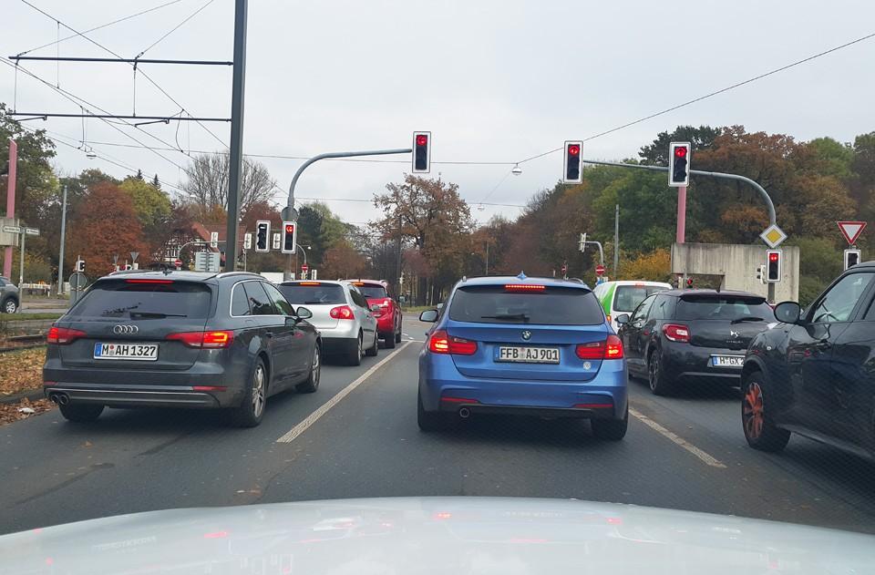 Em trechos urbanos, a velocidade é baixa e o controle por radar, rigoroso (Foto: Ulisses Cavalcante)