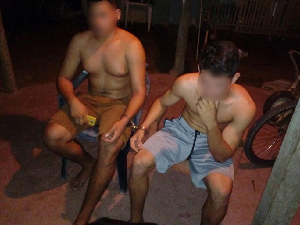 Irmão ficaram algemados após bandidos invadirem a casa e renderem os familiares (Foto: Redes Sociais/Reprodução)