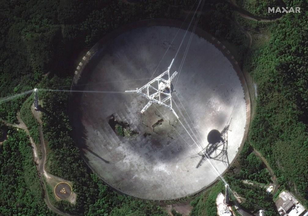Imagem mostra o radiotelescópio danificado no Observatório de Arecibo, em Porto Rico, no dia 17 de novembro de 2020 — Foto: Imagem de satélite / Maxar Technologies via AP