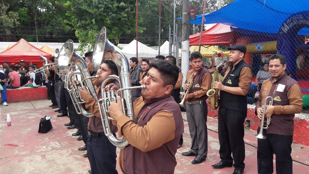 Banda Espectacular 100x100 Mi Bolivia toca na quadra de futsal da Praça Kantuta — Foto: Alexandre Alliatti