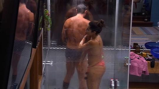 Paula e Breno tomam banho juntos no Bangalô do Líder