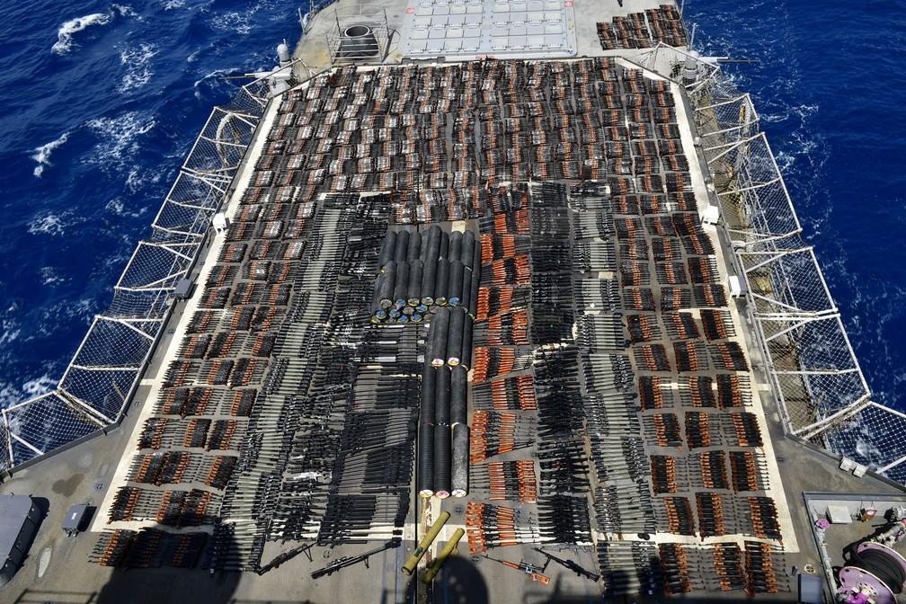Milhares de armas ilícitas são exibidas a bordo do USS Monterey, cruzador de mísseis guiados da Marinha dos EUA, que foram apreendidas em águas internacionais do Mar da Arábia do Norte em 8 de maio de 2021 — Foto: Marinha dos EUA via Reuters
