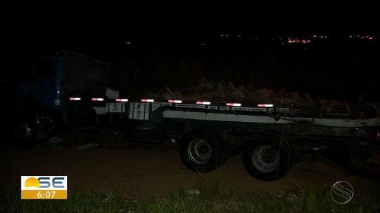 Três pessoas ficam feridas em batida entre carretas em trecho da BR-101