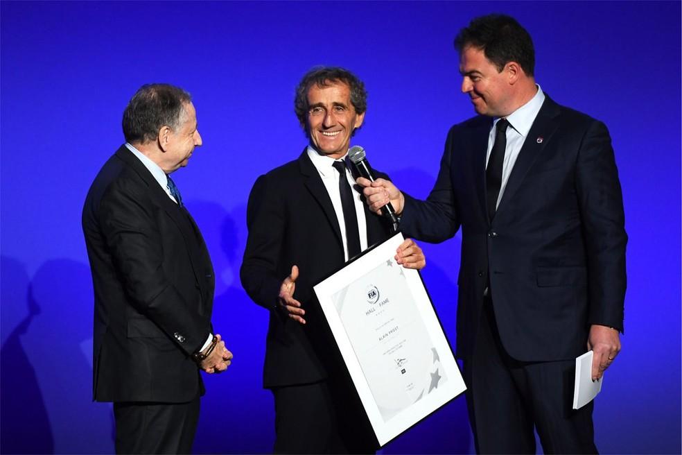 Alain Prost é homenageado no Hall da Fama da FIA (Foto: Reprodução/Twitter)