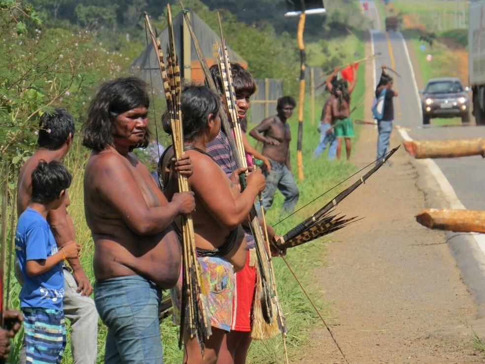 Índios da etinia Nhambikwara fazem bloqueio na BR-364, em Comodoro, há pelo menos duas semanas (Foto: PRF-MT/Divulgação)