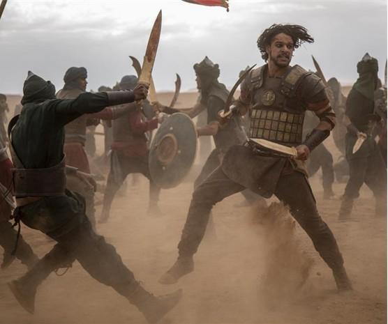 """Pedro Lamin grava cenas do soldado fenício Sidônio em """"Jezabel"""", macrossérie da Record. As sequências de batalha foram realizadas no deserto do Marrocos (Foto: Record TV/Edu Rios)"""